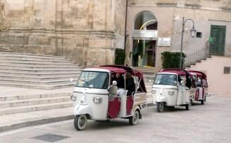 Triciclo para levar turistas aos B & B dos sassis, onde as passagens são apertadas