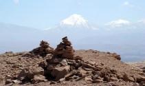 Apachetas (homenagem a Pachamama, a Deusa Mãe), no Atacama, Chile
