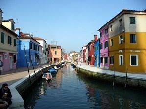 Canal em Burano, Itália