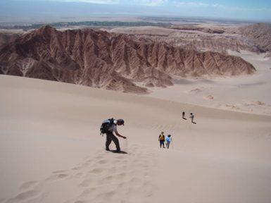Descendo as dunas do Valle de la Muerte, no Atacama, Chile
