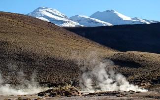 Gêiser El Tatio com picos nevados ao fundo, Deserto de Atacama, Chile