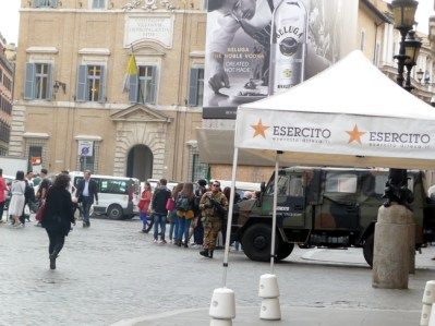 Tropas do exército evitam ataques terroristas, Piazza di Spagna