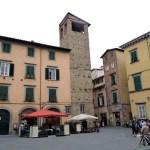 Praça no centro histórico de Lucca, Itália