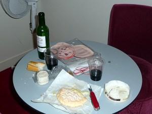 Refeição no quarto: pão, queijos e vinhos deliciosos