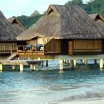 Bangalows sobre pilotis em Bora Bora, Tahiti