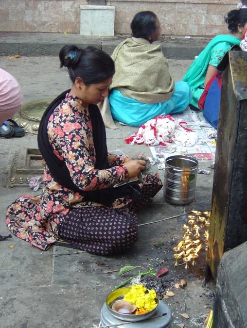 Moça faz suas oferendas no Templo dos Macacos, próximo a Katmandu