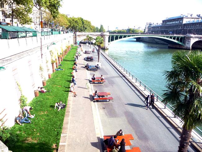 Paris, mesas colocadas pela prefeitura junto do Sena