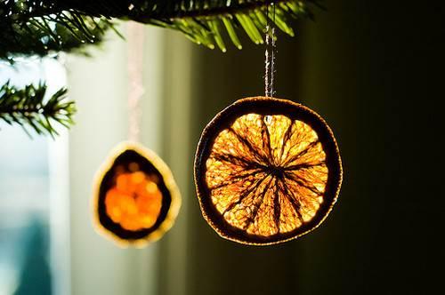 Adornos de navidad con naranjas