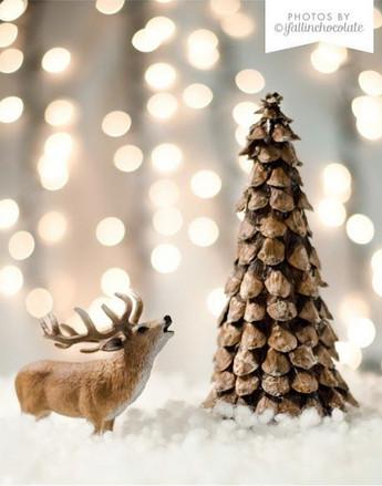 Arbolito de Navidad hecho de pias secas
