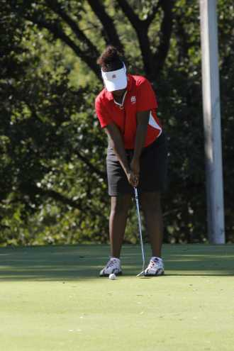 To start off the game, Destiny Carter (10) prepares to putt. Photo by Lisa Pham