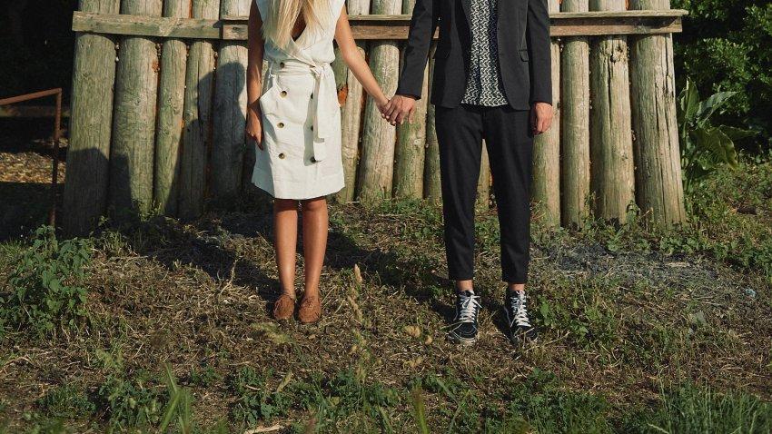 boda-indie-moderna-diferente-preboda-novios-vintage-novia-novio-pies-playa-caion-zapatillas-vans-pared-troncos-madera-bodas-alternativas