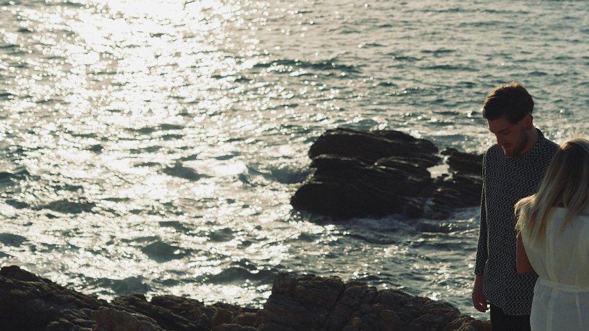 boda-indie-moderna-diferente-preboda-novios-vintage-novia-novio-playa-caion-rocas-mar-oceano-atlantico-gafas-de-sol-bodas-alternativas