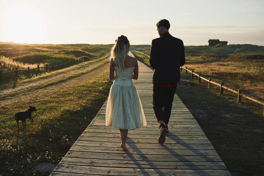 boda-indie-moderna-diferente-preboda-novios-vintage-novio-novia-playa-barranan-arteixo-perro-puesta-de-sol-bodas-alternativas
