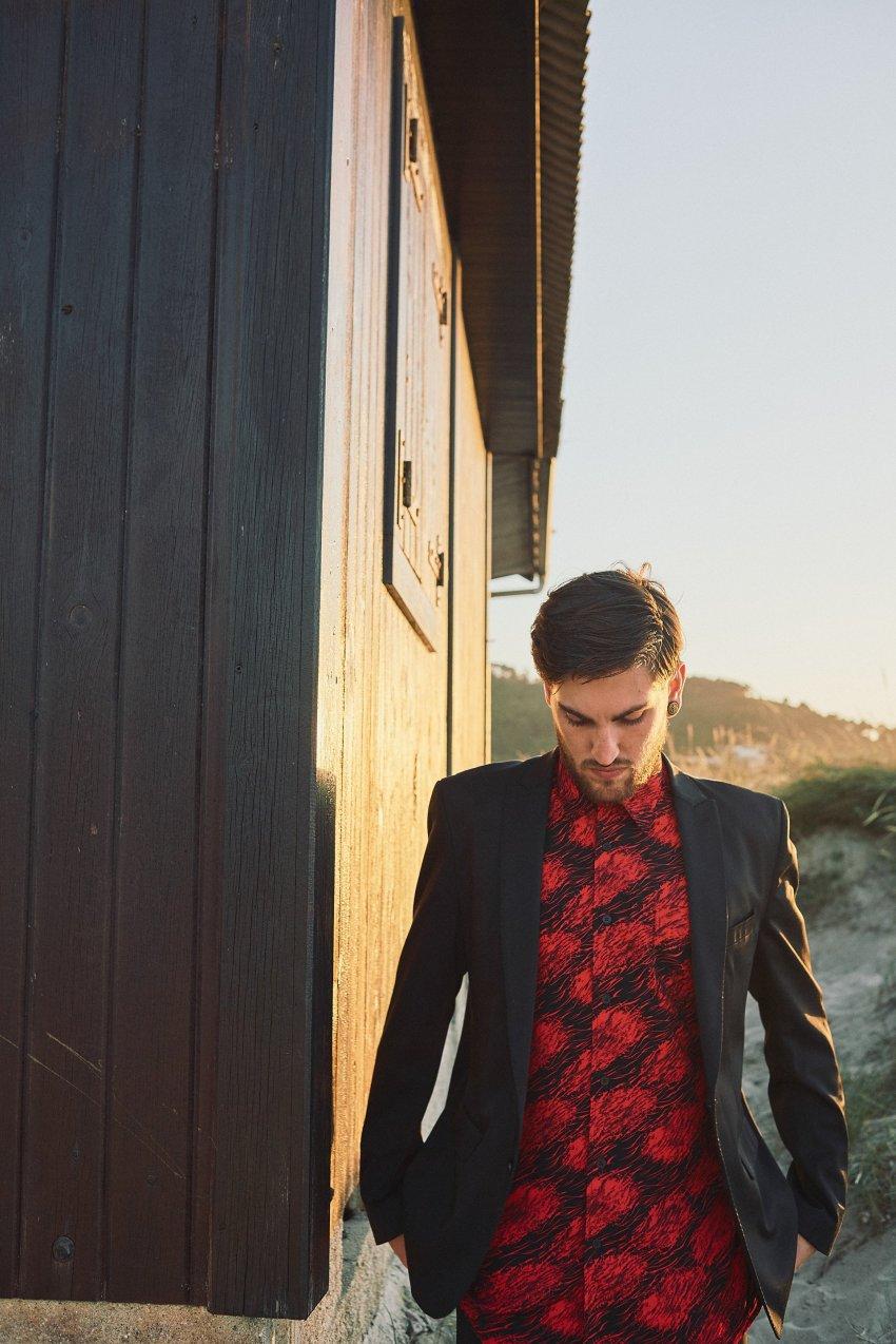 boda-indie-moderna-diferente-preboda-novios-vintage-novio-playa-barranan-arteixo-caseta-socorristas-bodas-alternativas