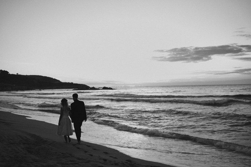 boda-indie-moderna-diferente-preboda-novios-vintage-novia-novio-playa-barranan-arteixo-espuma-mar-ola-oceano-atlantico-bodas-alternativas-romanticas-blanco-y-negro