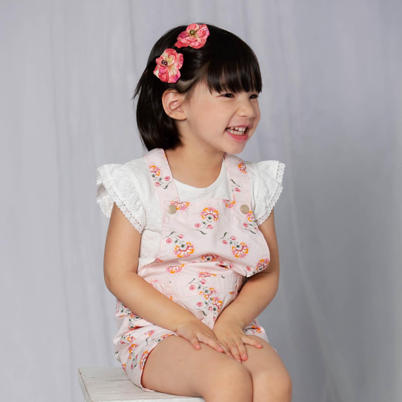 Horquilla mini cherry velvet modelo detalle