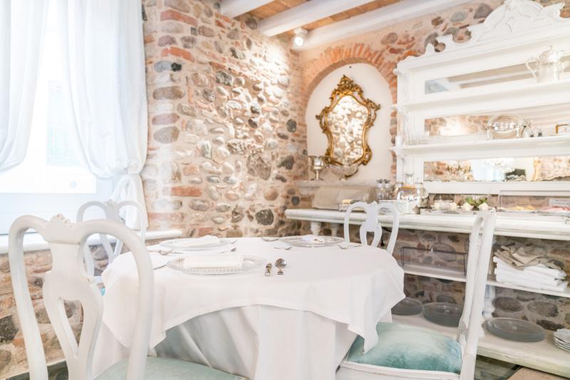 Angolo della breakfast room della Regia Rosetta Royal Rooms con antico specchio in oro e piattera francesee