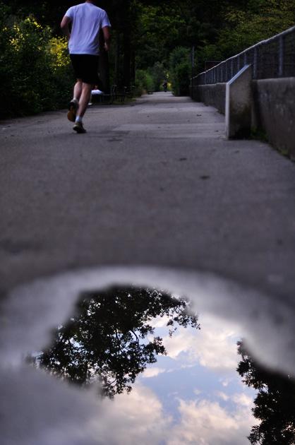 Jogger mit Pfütze