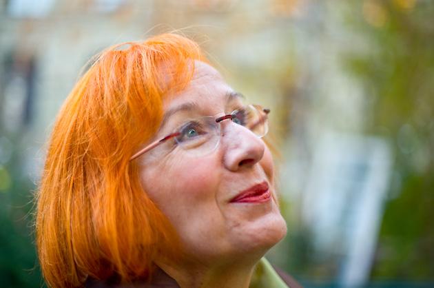 Sylvia bestaunt die aufgehängten Tannenbäume im Innenhof des Progr