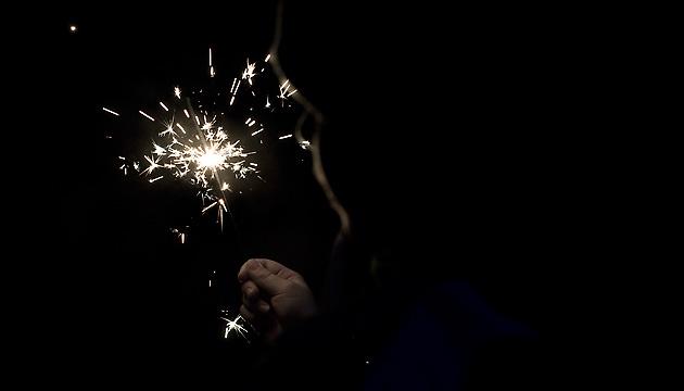 Kind mit Leuchtkerze in der Nacht