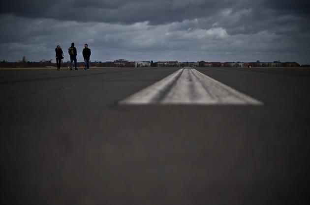Flugfeldmarkierung auf dem stillgelegten berliner Flughafen Tempelhof