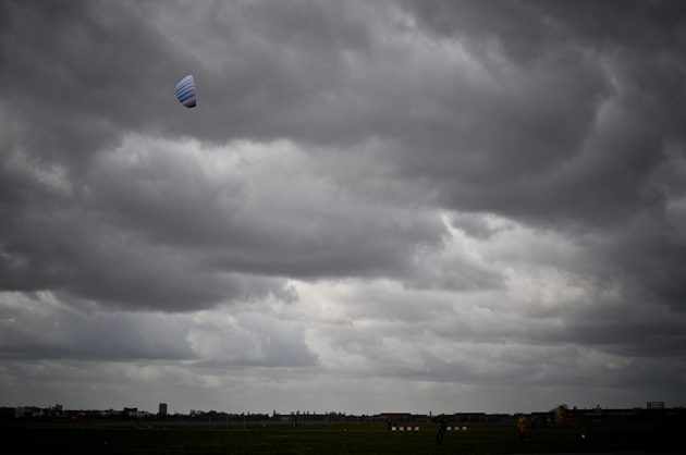 DRachen steigen lassen auf dem alten Flughafen Berlin Tempelhof