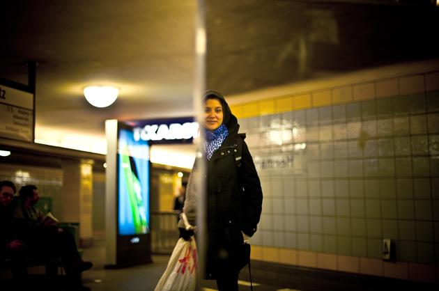 Berliner U-Bahn, Spiegelung mit junger Frau
