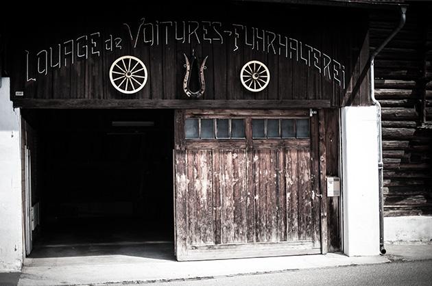 Eingang mit alter Schriftenmalerei  in Beatenberg «Louage des Voitures - Fuhrhalterei»