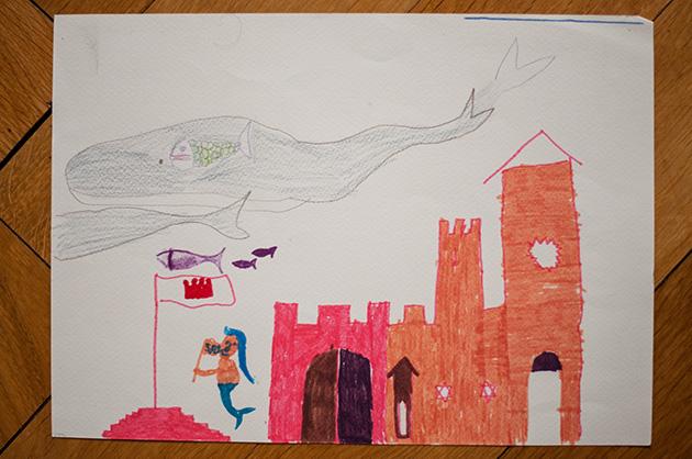 Kinderzeichnung von Pottwalen, Zauberkarpfen und einer Meerjungfrau mit einer SOS-Fahne
