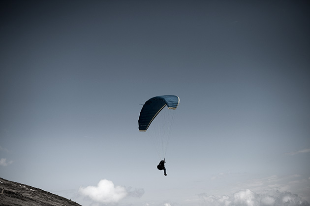 Gleitschirmpilot kurz nach dem Start auf den Niederhorn