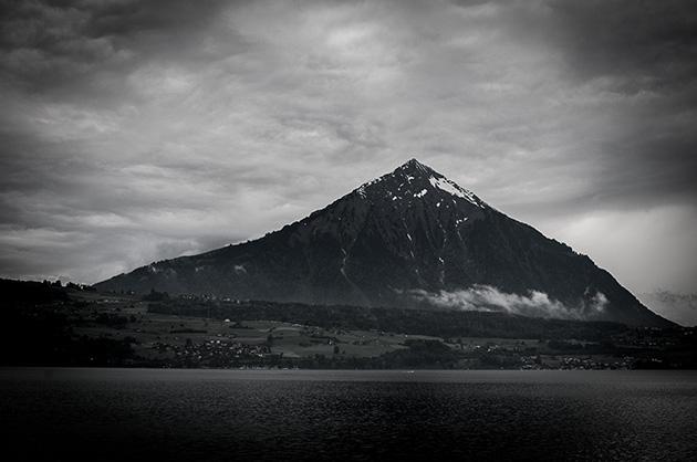 Der Niesen mit grauen Wolken fotografiert aus der Beatenbucht