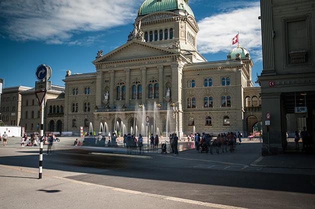 Das Berner Bundeshaus mit dem Wasserspiel auf dem Bundesplatz