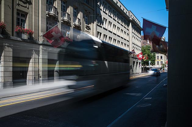 Langzeitbelichtung von einem Reisecar in der Berner Schauplatzgasse