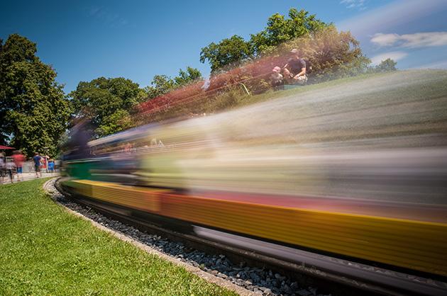 Langzeitbelichtung der Kinder-Eisenbahn auf dem Gurten