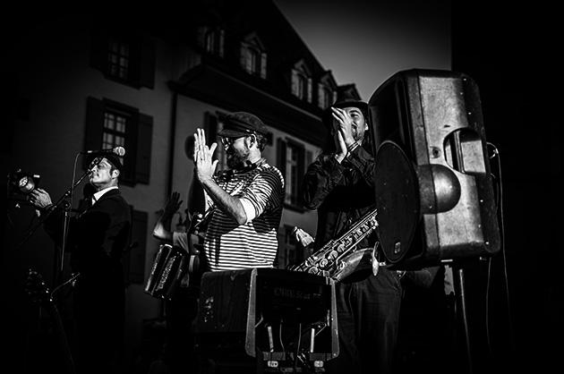 Buskers in Bern – Die bretonische Band Fatras beim Klatschen