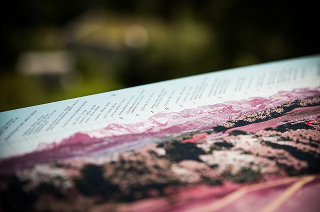Detail-Aufnahme von einem Schild mit den Begnamen auf dem Berner Gurten