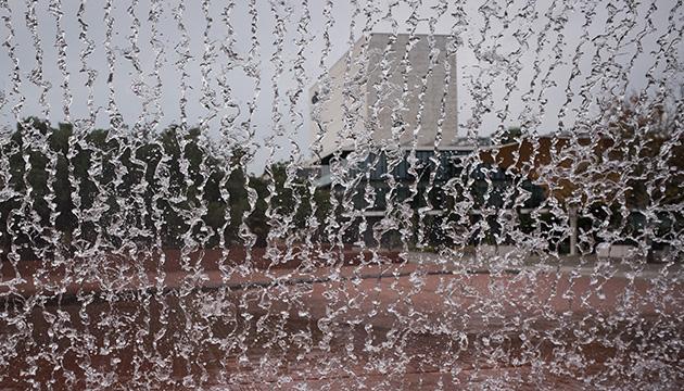 Expo 98, Beitragsbild mit Gebäuden hinter einem Wasserfall.