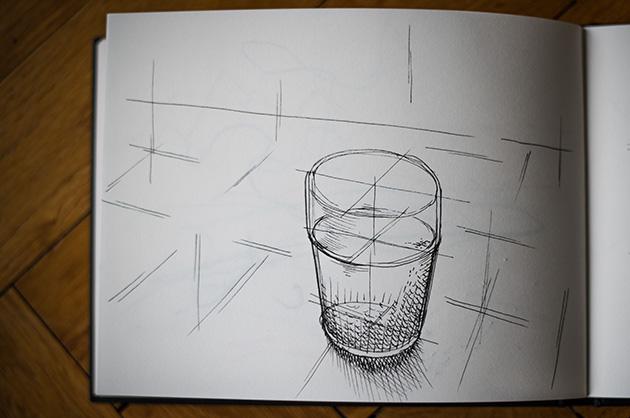 Skizze von einem Wasserglas auf einem Tisch