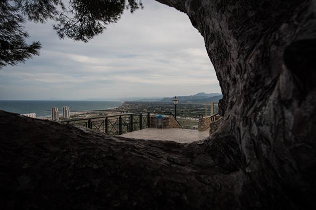 Aussichtsplattform, fotografiert durch eine Astgabel. Nikon D810, 20mm/1.8