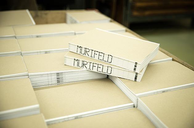 Murifeldbuchproduktion: frische, rohgebundene Murifeldbücher auf einem Palett