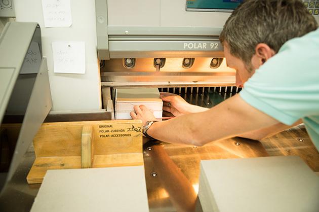 Erstes, grobes Zuschneiden der Murifeldbücher in der Schneidmaschine