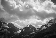 Fotografie – Oeschinensee, Beitragsbild mit Bergen in Schwarz und Weiss