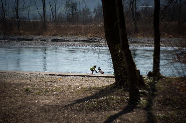 Zwei Kinder spielen am Aareufer. Nähe Auguet-Brücke bei Muri.