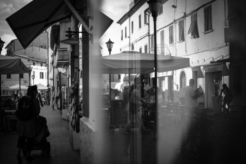 Strasse in Marina di Campo mit Spiegelung, Schwarz-Weiss