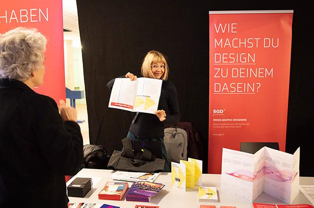 Die Geschäftsführerin und die SGD-Präsidentin am SGD-Stand der Tÿpo St. Gallen 2019