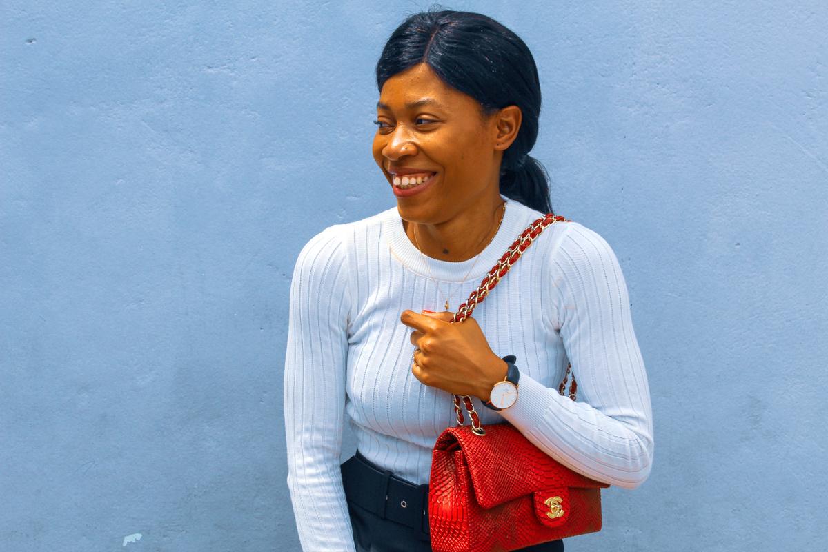 Pantalon taille haute ceinture Zara et pull blanc Aliexpress Sac Chanel Blog Mode Togo