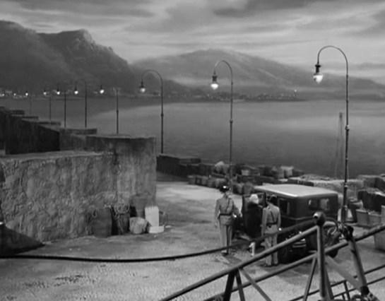 La guardia civil de Tenerife introduce a la condesa en el automóvil que la conducirá a la cárcel.
