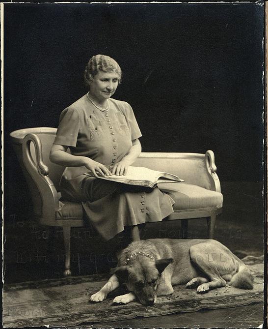 Así alcanzó el éxito una escritora ciega, sorda y muda