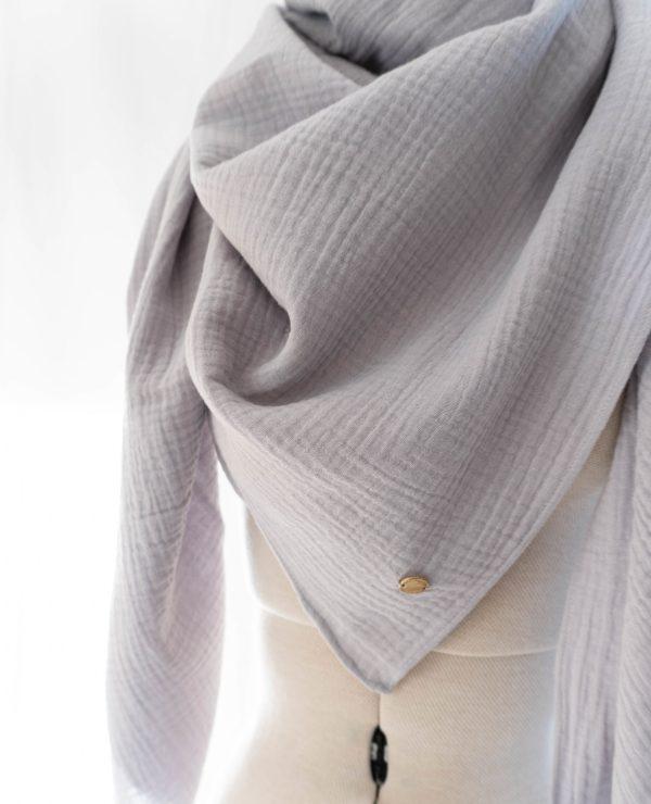 Musselin Tuch Schal Damen Hellgrau Bio Baumwolle Handgefertigt in Deutschland Manufaktur Nicola Marisa 3 scaled <ul> <li>100% Bio-Baumwolle</li> <li>Handmade in Germany, Munich</li> <li>ca. 135 x 135 cm</li> </ul>