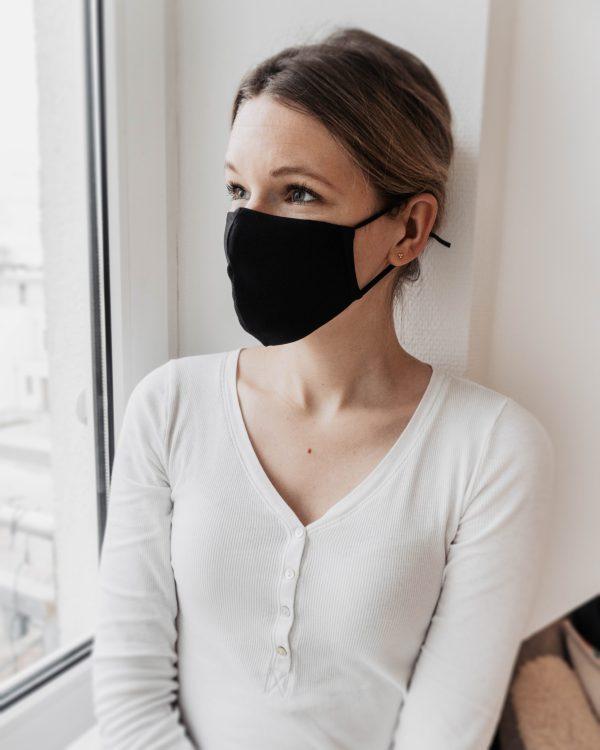 Tragebild von Biobaumwollmaske in schwarz